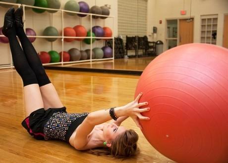 Фитнес-инструкция: девочка на шаре