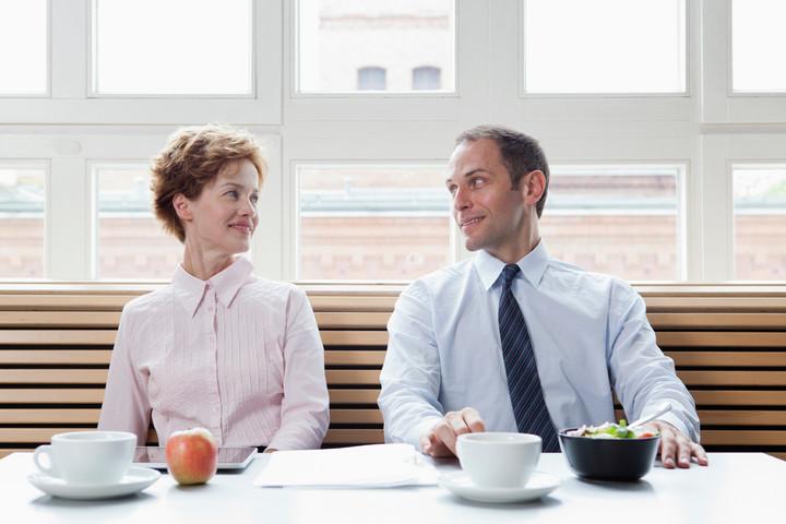 10 причин начать служебный роман
