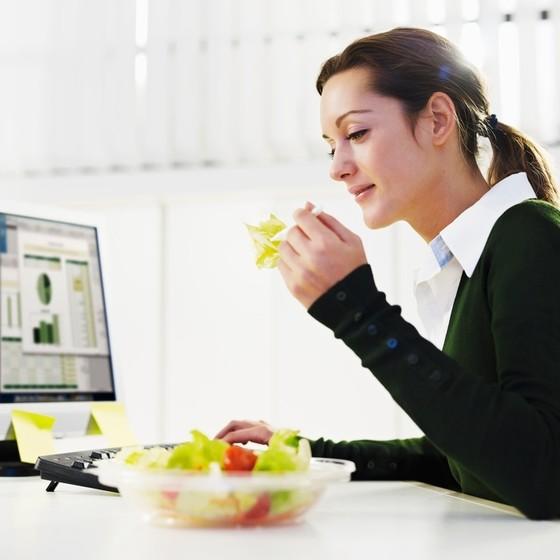 Худеем на работе: простые правила офисной диеты