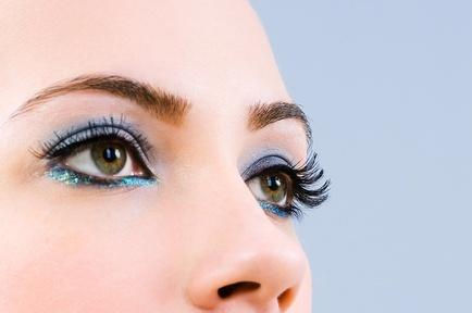 Тренд этой зимы — ярко-голубой цвет в макияже глаз